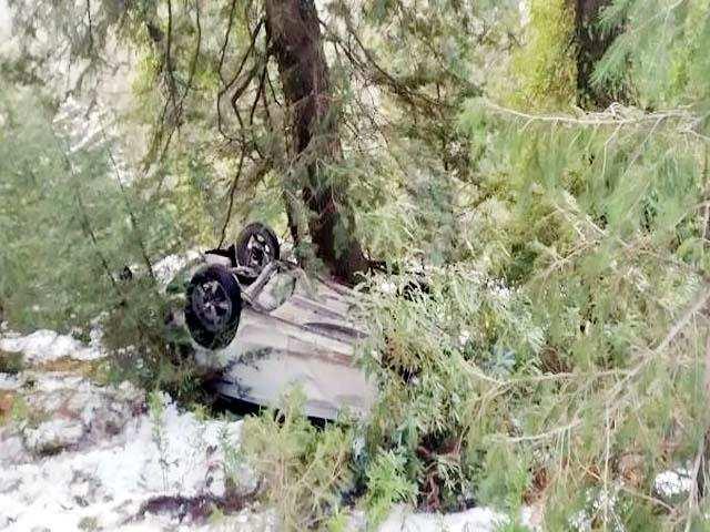 रामनगर ( चैड़ीघट्टी क्षेत्र में) कार खाई में गिरी, पिता और बेटी की मौत